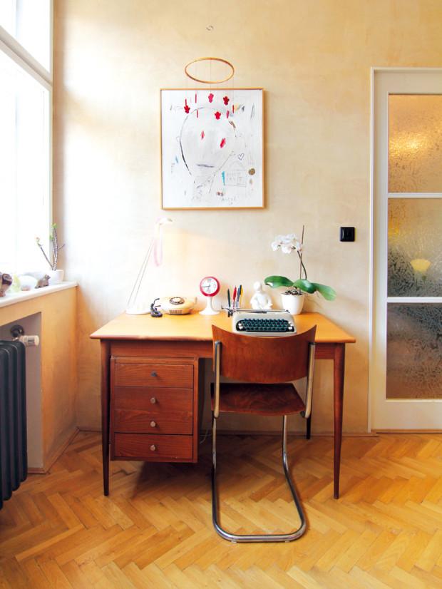 Pracovní stůl v ložnici je doplněn replikou klasiky 20. století v podobě trubičkové židle Marta Stama. Ťukání klasického psacího stroje značky Consul je charakteristickým zvukem pracoven minulého století.