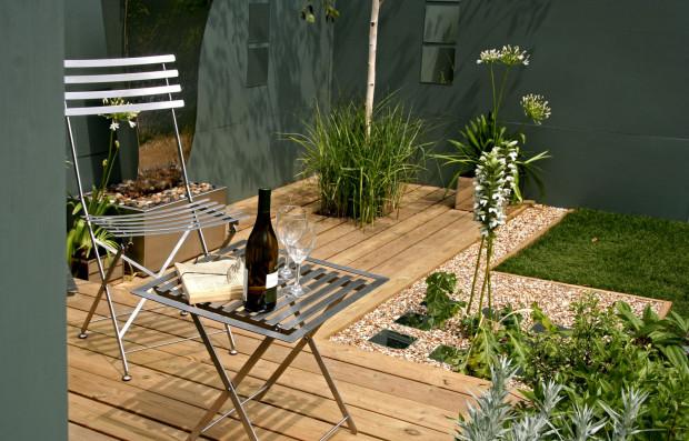 Pravoúhlé geometrické tvary jsou na městské terase vítány i na doplňcích (vegetační nádoby). Aktuální je kombinace kovu, dřeva a čisté zeleně. (foto: thinkstock.cz)