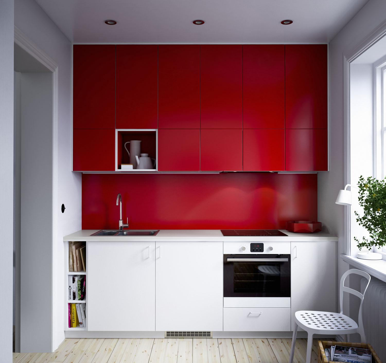 Nástěnný panel Fastbo z vysokotlakového melaminového laminátu je vhodný na stěnu za pracovní i varnou desku, kromě plynové. Odolává teplu, vodě, mastnotě a špíně. V nabídce je v černé, červené a bílé barvě, hladký nebo se vzorem obkladaček, rozměry 60 × 50 cm. (foto: IKEA)