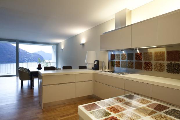 Hlavně u otevřených kuchyní se sklo se stejným motivem může zopakovat i jinde v interiéru – například na dveřích, obkladu stěny v obýváku, dělicí stěně, stolové desce...  (foto: J.A.P.)