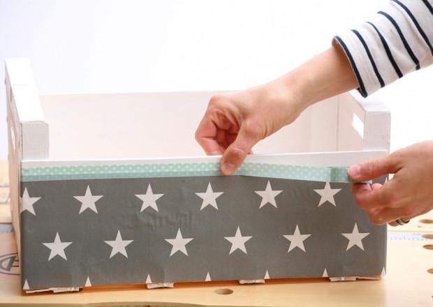 Na kraje bedničky přilepte washi pásku. Japonské dekorační pásky washi se vyrábějí v různých šířkách, délkách a vzorech. Po nalepení na hladký povrch je můžete opětovně odlepit.