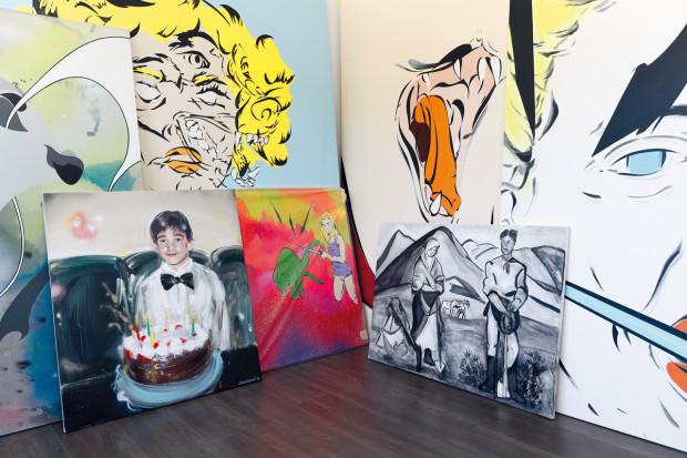 Expresivní obrazy jsou dílem synovy přítelkyně, výtvarnice Sandry Barth − až na dva. Výsledná koláž je zajímavým kontrastem dvou vkusů a stylů.