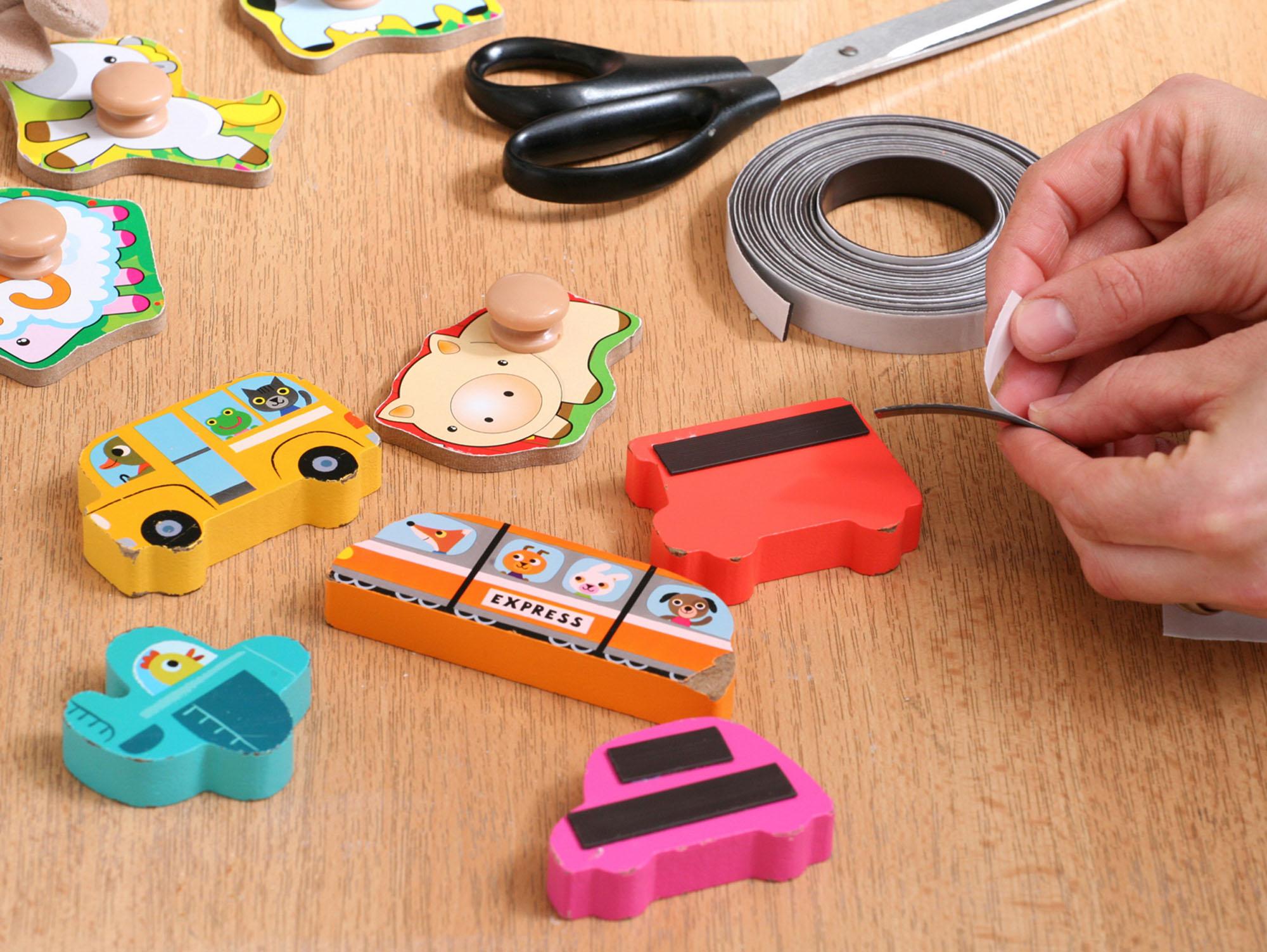Magnetky snadno uděláte z hraček, s nimiž si už vaše dítě nehraje. Zezadu na ně nalepte proužky magnetické pásky.