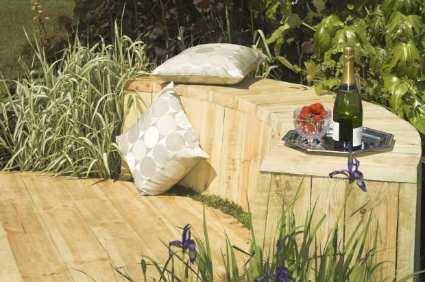 """Pokud dáte přednost dřevu na terase, můžete ho """"dotáhnout"""" až na odpočinkové sezení. Zahrada tak získá jednotnost. (foto: thinkstock.cz)"""