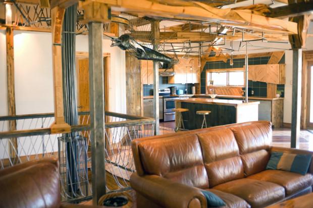 Obývací prostor je spojen s kuchyní jako v běžném moderním bytě či domě a celek je koncipovaný do tvaru písmena L.