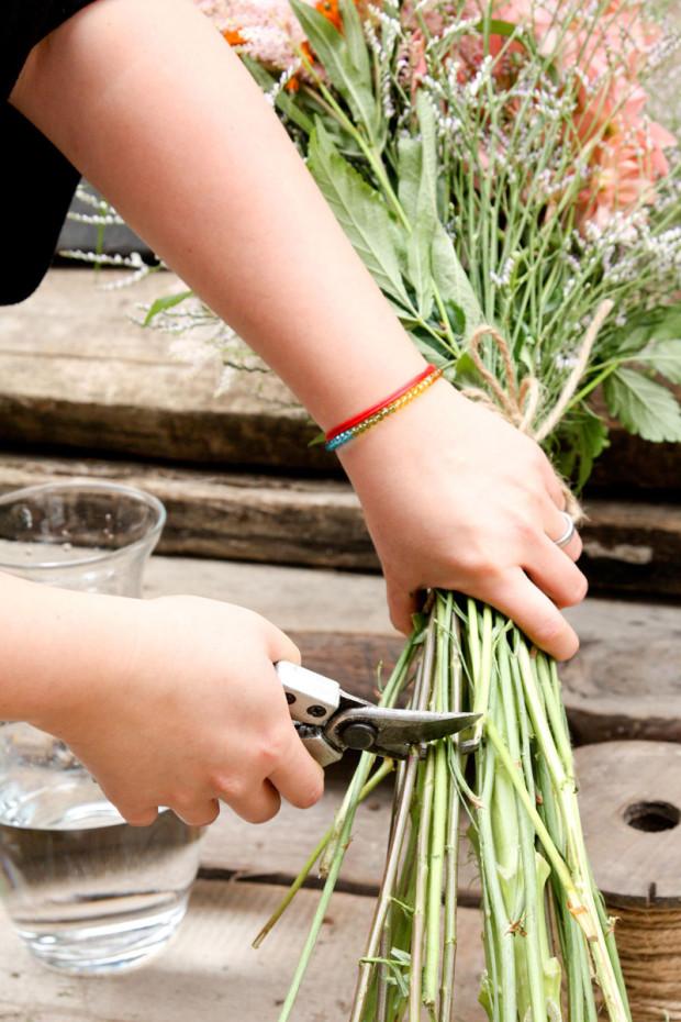 Konce stonků ořežte pod špagátem na délku přibližně 15 až 20 cm.