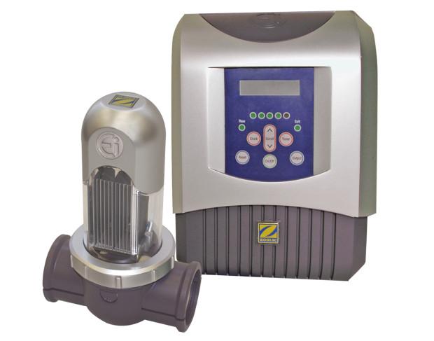 Dezinfekční zařízení do bazénů se slanou vodou Ei od společnosti Zodiac, bez měření produkce chlóru a pH, produkce chlóru 10 až 35 g/h., do bazénů s objemem 40 až 150 m3, prioritně určený na dodatečnou montáž do již zrealizovaných bazénů, jednoduchá instalace, intuitivní ovládání, v nabídce i verze s možností automatického měření a regulace chlóru a pH. (foto: Bazénservis)