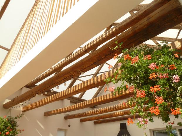 Materiály a barvy volili architekti s citem a rozumem. Vynikl tak dřevěný krov spolu s ostatním zařízením – všechno ve venkovském stylu. Také klasické muškáty do tohoto konceptu dokonale zapadly.