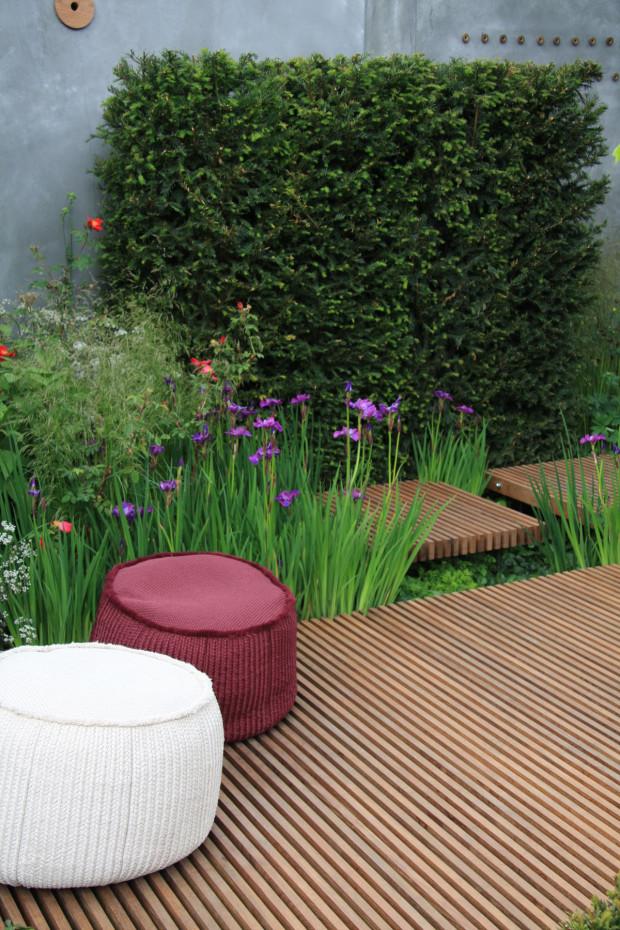 Nebojte se výrazné barevnosti – pokud ne na květech, tak alespoň na lehátkách a sedadlech. Barevné vaky jsou v tomto směru vítány. Navíc, snadno se přemisťují. (foto: Daniel Košťál)