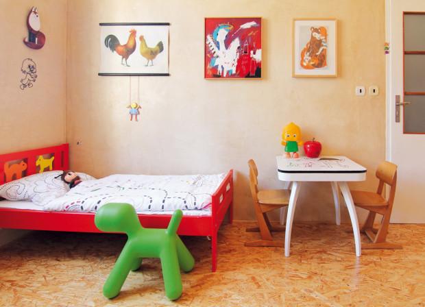 Nová podlaha z dřevotřískových desek splňuje nároky na odolnost materiálu při dětských hrách a zároveň je cenově dostupnou alternativou pro mladou rodinu.