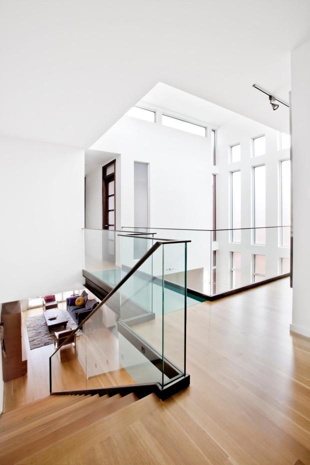 Z obytného podlaží se po schodech vstupuje na galerie, na nichž se nacházejí ložnice.