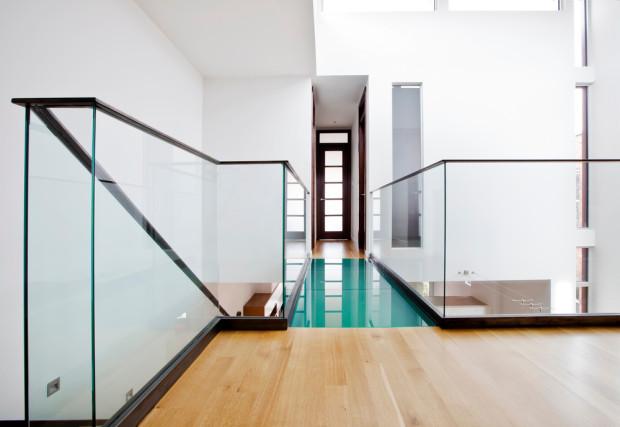 Skleněné zábradlí a lávka přispívají k odlehčenému dojmu celého interiéru. Světlo tu nenaráží na žádnou překážku a může volně proudit prostorem.