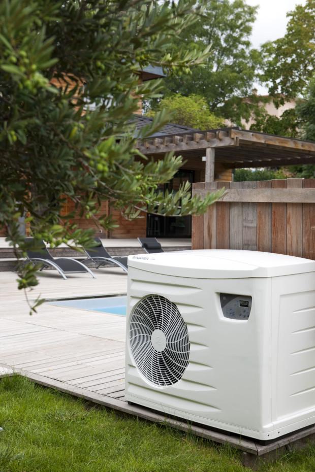 Tepelné čerpadlo vzduch/voda Power First Premium od značky ZODIAC, výkon 6 až 15 kW, do bazénů s objemem 20 až 110 m3, možnost ohřevu i chlazení – v horkých dnech lze využít na ochlazení přehřátých bazénů, například pod posuvnými zastřešeními, velmi tichý chod (37,1 až 42 dB), možnost dodatečné instalace i do již zrealizovaných bazénů. (foto: Bazénservis)
