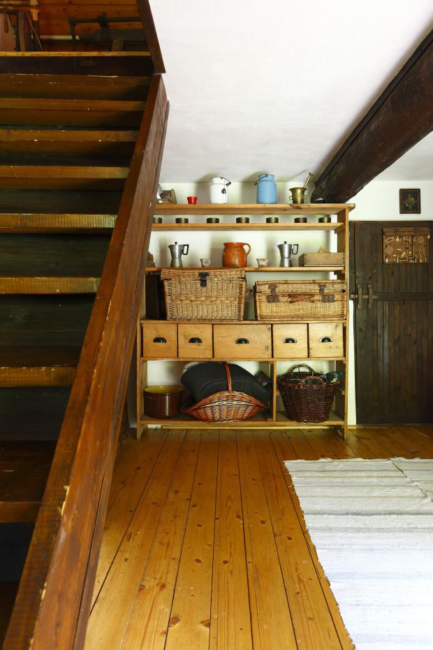 Po strmých dřevěných schodech se dostanete do podkroví, kde jsou dvě útulné ložnice pro hosty. O ty na této chalupě není nouze.