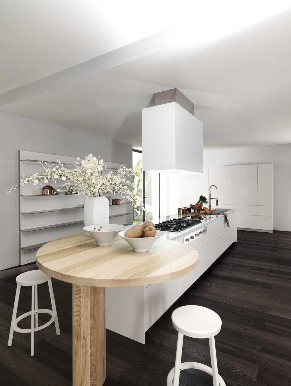 Trendovým řešením, kterým obejdete problém s málo odolnou zástěnou, je umístění plynové varné desky v prostoru, například na kuchyňském ostrově. Navíc tak budete mít při nejčastější kuchyňské činnosti skutečně kontakt s ostatními v místnosti.  (foto: Elmar)