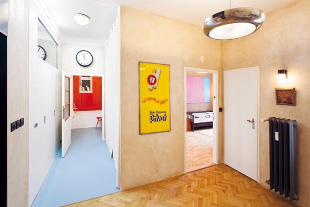 Chodbička vedoucí do koupelny je po obou stranách lemována úložnými prostory ukrytými v nikách. Zároveň tvoří hlukovou bariéru, která odděluje dětský pokoj od obývacího, což se vyplatí v případě návštěv.