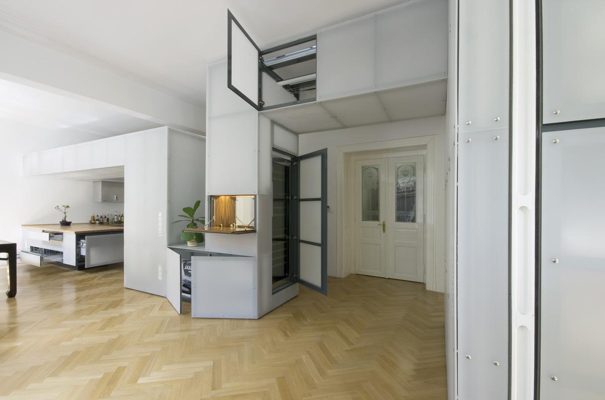 """Vnitřnosti """"hada"""" ukrývají mnoho úložných prostorů, včetně vinotéky. Dobové dvoukřídlé dveře s pískovaným ornamentem na skle se báječně doplňují s pískovaným plexisklem prostorové struktury."""