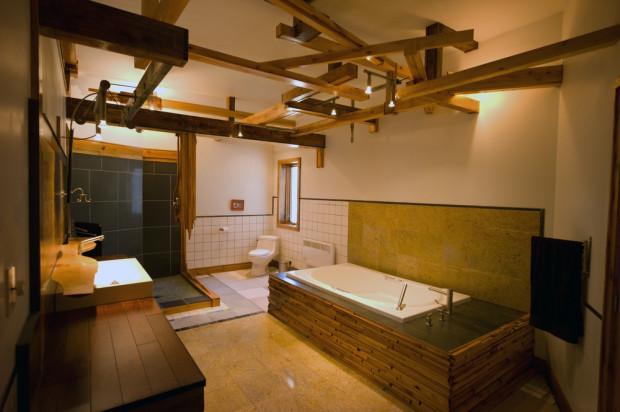 Ani v koupelně si nedopustil dřevěné prvky a mix různých druhů keramických obkladů.