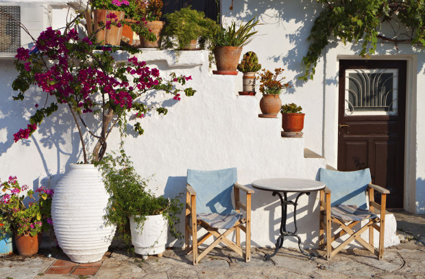 Tradiční předdomí v Řecku – ukázka jednoduché sluneční zóny na oddych. (foto: thinkstock.cz)
