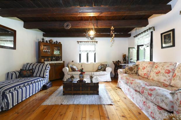 Tam, kde to bylo možné, zachovali původní podlahy, stropy, okna i dveře. V kuchyni a obýváku se povedlo zachovat původní dřevěné stropy. (Hliněné podlahy nahradili dřevěnými ještě předcházející majitelé.) Zařízení obýváku je kombinací stoletého dřevěného nábytku a současných sedaček. Namísto stolků tady mají 200 let staré lodní kufry.