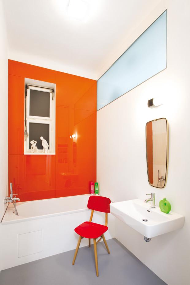 Moderní koupelna, avšak v retro barvách, se stejně jako WC vyznačuje praktickými a odolnými materiály. Podlaha z litého polyuretanu s pryžovým jádrem byla přínosem architekta Radka Smejkala. Manželům ho doporučil na základě zkušeností s tímto materiálem, které získal při použití ve sportovních šatnách.