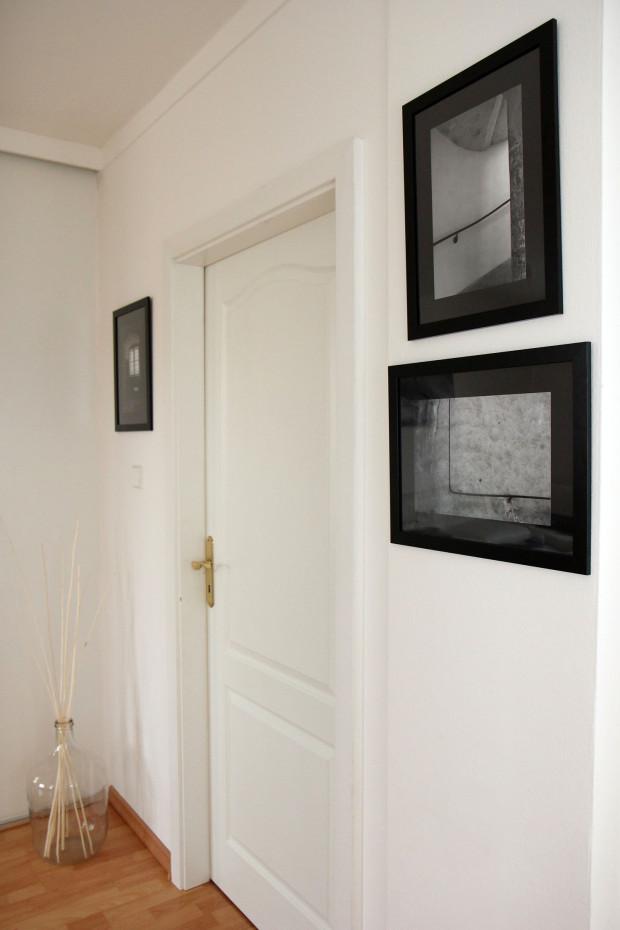 V bílém prostoru chodby vyniká minigalerie Barbořiných fotografií.