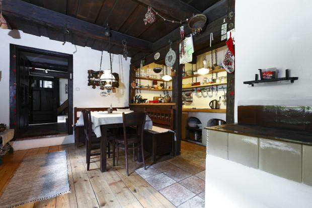 """""""Stůl do kuchyně musí mít takovou akorátní velikost, navíc jsme k němu chtěli rohovou lavici s přesnými rozměry. Něco takového se prostě nedá v bazarech ani starožitnictvích sehnat. Nechali jsme si je proto udělat na míru – díky tomu, že jsou vyrobeny ze starého dřeva a z částí starého nábytku, vypadají skutečně autenticky."""""""