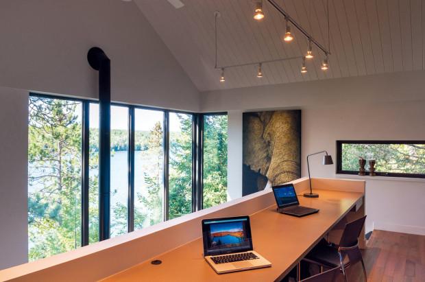 Záviděníhodné rozptýlení. Možná trochu nevhodně zvolili architekti umístění pracovního stolu. Při takovém výhledu se do práce asi nikomu moc chtít nebude.