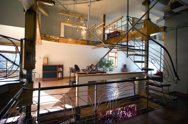 V nejvyšších patrech se nachází pracovna a ložnice.