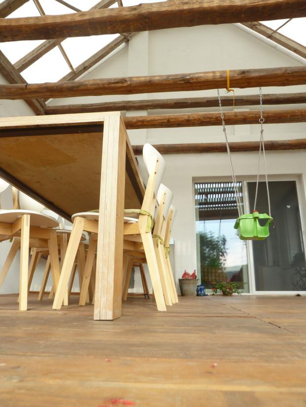 Odolná a pevná ocelová výztuž zaručila dostatečnou stabilitu stolu i při jeho značných rozměrech. Konstrukce je skryta, takže design dřevěné přístavby ní neutrpěl.
