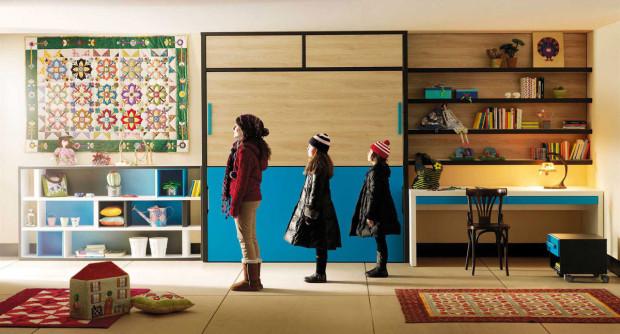 Víc dětí pohromadě. Zařízení dětského pokoje pro jedno dítě není velký kumšt. Víc dětí v různém věku v jednom pokoji však vyžaduje sáhnout po originálnějších řešeních. Variabilními nábytkovými sestavami prostor ušetříte a děti se naučí pořádku a režimu. Univerzální nábytková sestava Life Box 17 od španělské značky Lagrama je určena pro děti od 6 do 12 let. (foto: Lagrama)