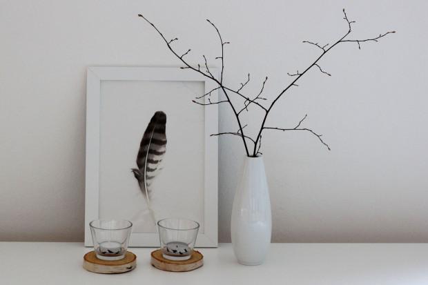 Březová kolečka, tentokrát jako podstavce pod svícny, svou naturálností příjemně překračují černo-bílé hranice aranžmá. Nevtíravým a milým detailem jsou čajové svíčky oblepené dekorační lepicí páskou.