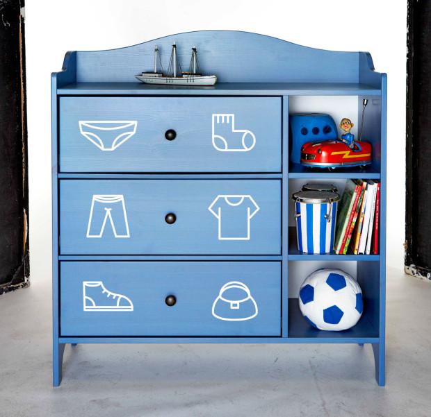 Krůček k samostatnosti. Děti od malička mají zájem dělat všechno samy. Pomozte jim v tom a vytvořte pro ně hravou komodu. Pomocí piktogramů na dvířkách skříněk se naučí, kam co patří. Stačí vám na to štětec a barva, nebo si vyrobte jednoduché nálepky s obrázky. (foto: IKEA)
