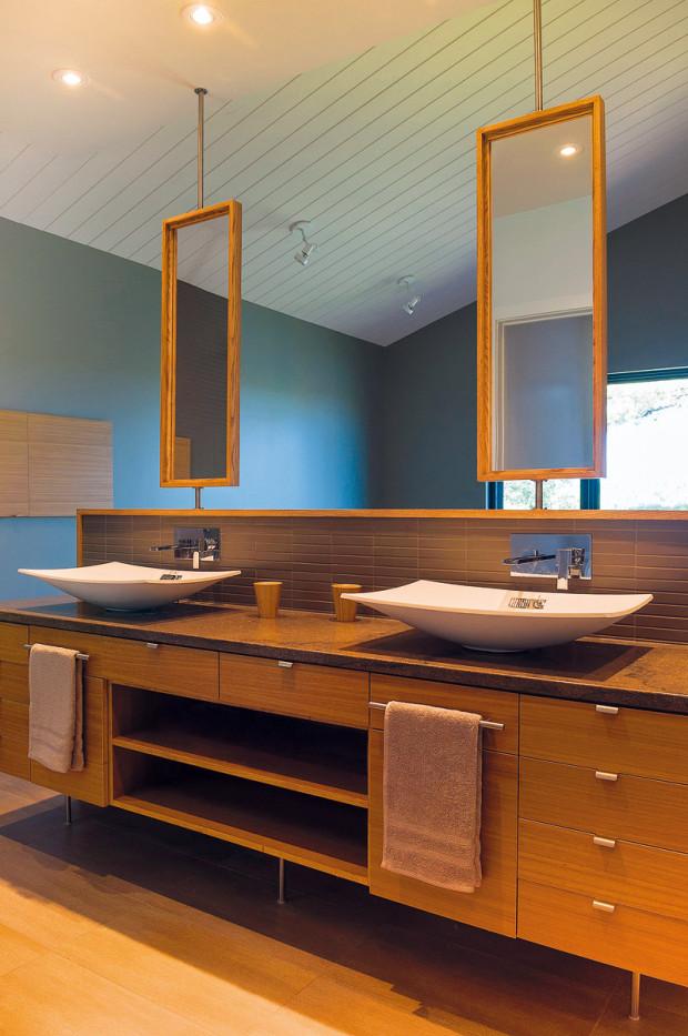 Luxus jinak. Díky spojení s ložnicí získala koupelna exkluzivní přístup k dennímu světlu. Zajímavě řešená otáčivá zrcadla nebrání vychutnávat si pohledy ven.