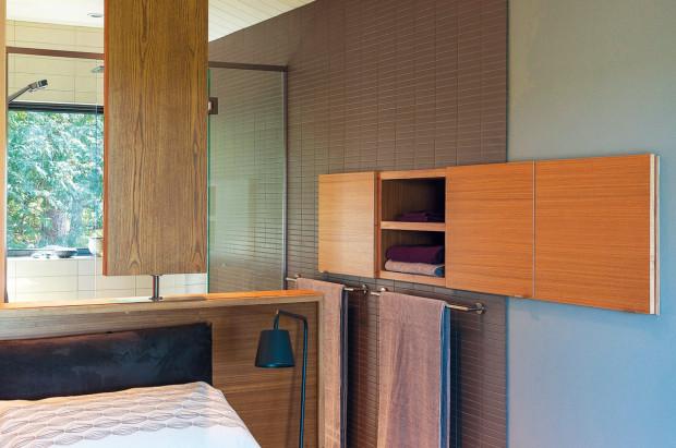 Prakticky a zároveň esteticky jsou vyřešeny úložné prostory v ložnici. Niky ve stěně nijak nezasahují do místnosti, přesto poskytují dostatek místa pro ručníky, ložní prádlo a další nezbytnosti.