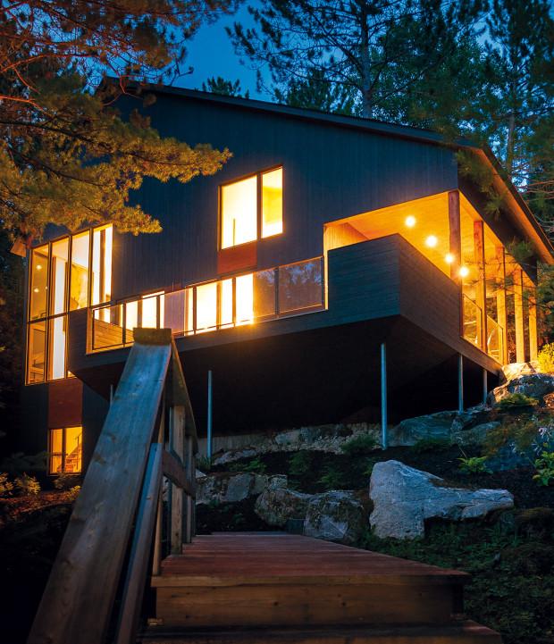 Z popelky princeznou. Večer se nenápadný dům mění v dominantu svahu. To když se jeho četná okna rozzáří umělým osvětlením.