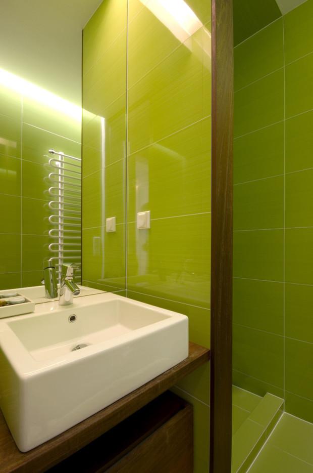 Malá koupelna v zeleném kabátku.