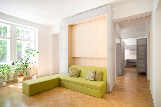 Sezení je umístěné do prostoru. Čalounění je ve svěží zelené barvě. Interiér je prosvětlen původními velkými okny, světlo se dále odráží od bílých povrchů.