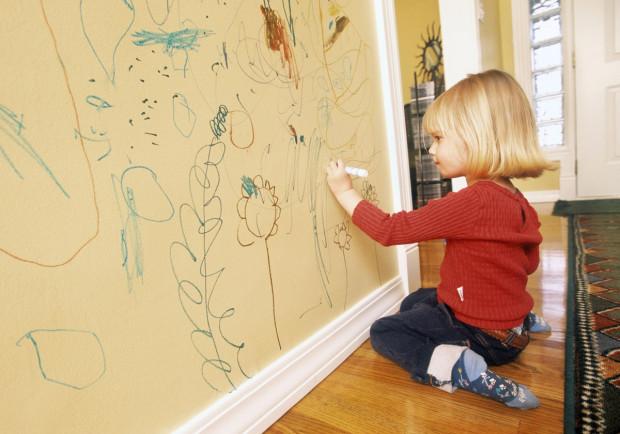Chytrá stěna. Běžná stěna v domácnosti díky speciálnímu nátěru může sloužit na kreslení, aniž byste museli znovu malovat, výtvor setřete hadříkem. Navíc nejste omezeni barvami, jelikož nátěr může byť transparentní. Dostupné v různých velikostech balení, www.smartwallpaint.sk
