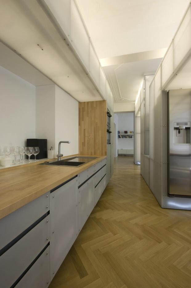 Kuchyňské skřínky tvoří rovněž z pískované plexisklo a jsou součástí struktury, ve které jsou umístěna světla.