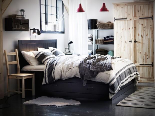 Na začátku bylo čisto. Zašlá vrzající dřevěná podlaha byla také předtím úplně nová, ušák u kamen kdysi nepotřeboval deku na zakrytí vyskakujících pružin. Když však nemáte chuť na novou chalupu, která hlásá 21. století až do dálky, rustikální styl, i když nových věcí, je zdravým kompromisem. Jen pozor na nástrahy kýčů! (foto: IKEA)