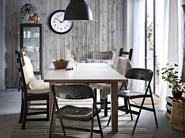 Jedna vedle druhé. Barevně sladěné, léty odlišené. Židle sice každá z jiného místa a času, ale u jednoho stolu najdou společnou řeč. V odstínech vybledlého dřeva budou působit jemně skandinávsky. (foto: IKEA)