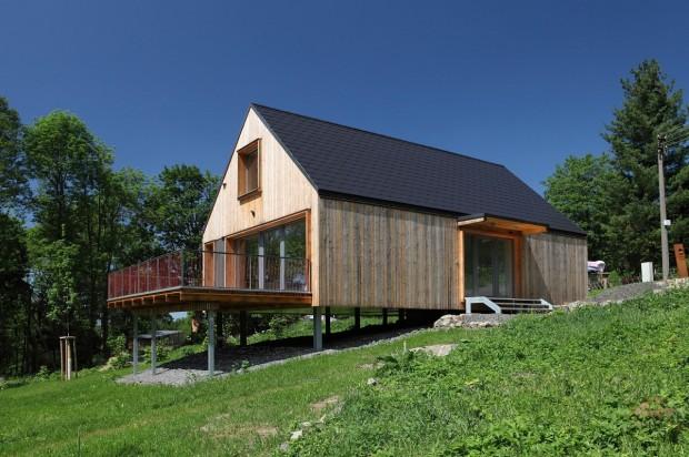 Chaloupko, čelem ke mně. Koncept inspirovaný navenek klasickou chatou ze dřeva a s čepicí v podobě šikmé střechy, ale díky svažitému terénu s výhledem z výšky a s výhodami současných technologií. (foto: Linda Németh, návrh a realizace: Prodesi, v. o. s.)