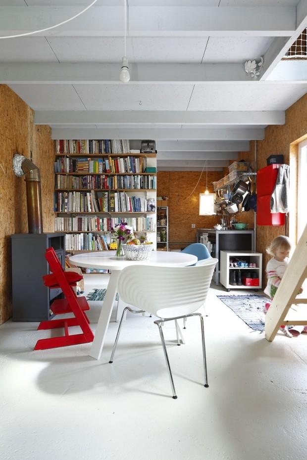 Na úsměvu netratí. Pokud máte rádi změnu, neomezujte se definitivy. Interiér chaty nepodléhá striktně trendům, ale chuti. Pícka na dřevo a dřevěné obklady, i když z desek OSB, přinášejí atmosféru chalupy. Zbytek si namíchejte každý rok jinak. (foto: Dano Veselský, návrh a realizace: toito architekti)