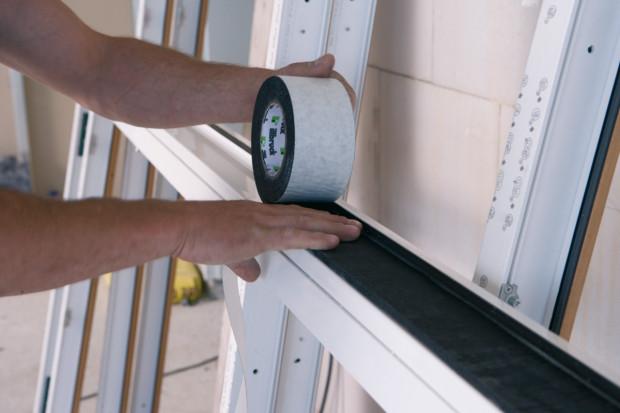 Alternativou k pěnám a membránám je komprimovaná páska illmod Trio+. Okno se vůbec nepění. Páska zajišťuje komplexní těsnost spáry.