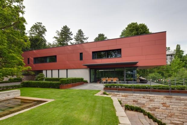 Část zadání z dílny Ladleif Architekten popisuje venkovní prostor se zdmi a terasami z pískovce, které vycházejí z půlkruhového půdorysu pozemku a integrují v sobě původní stromy a zeleň.