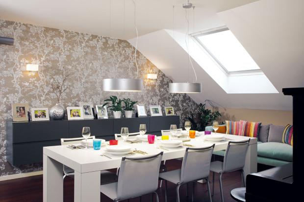Neutrální světlé barvy, dostatek světla amoderní řešení charakterizují tento příjemný půdní byt, který se stal domovem čtyřčlenné rodiny milující městský život. Foto Robert Žákovič
