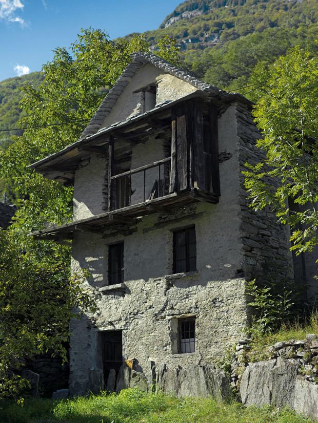 Obvodové zdi astřechu staré kamenné stavby přestavba vůbec nezměnila – zůstaly vpůvodním stavu. Zbytky malty na suchém kamenném zdivu naznačují, že kdysi bylo omítnuté.