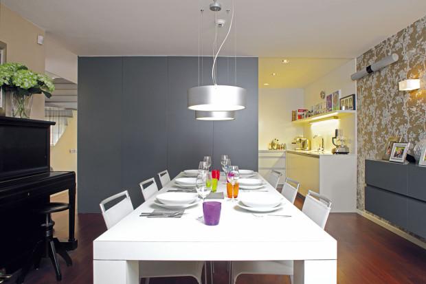 Jídelní stůl využívá rodina spíše ke slavnostním příležitostem, posezení snávštěvami avečeřím spříbuznými či přáteli. Ke komornímu stolování si oblíbila zvýšené sezení navazující na kuchyňskou linku na opačné straně kuchyně. Foto Robert Žákovič