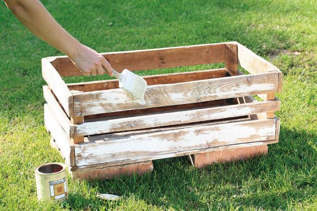 Natřeme ji bezbarvým lakem na dřevo a do něj uděláme polosuchým štětcem tahy bílou barvou.